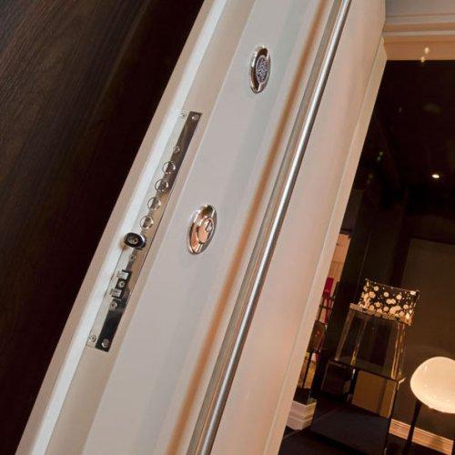 Imagem de uma porta de segurança com fechadura reforçada e abertura por chave ou senha.